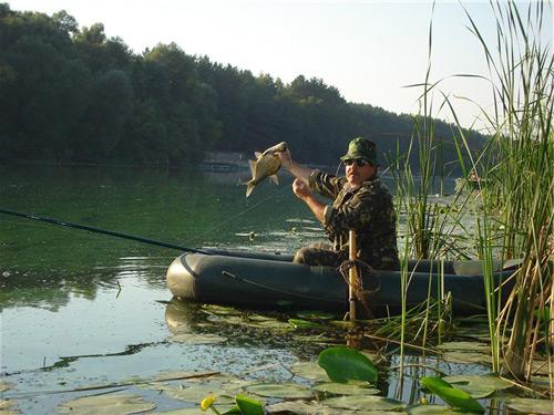 lovlya ryby s lodki vesnoj